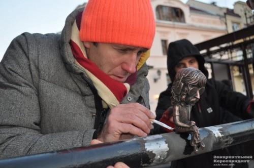 Putting finishing touches to Jon Lord monument in Uzhhorod